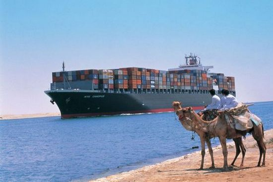 Suez_Canale_portacontainer_cammelli