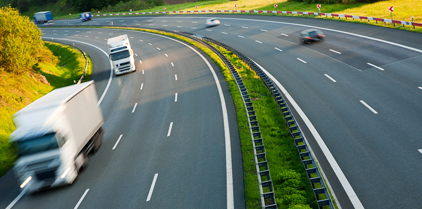 camion e auto in autostrada